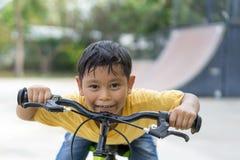 Aziatische jongens berijdende fiets in openbaar park Royalty-vrije Stock Fotografie