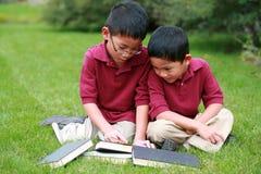 Aziatische jongens met boeken stock foto