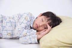 Aziatische jongensslaap Stock Fotografie