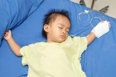 Aziatische jongensziekte bij het ziekenhuis Stock Foto