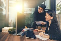 Aziatische jongere freelance man en vrouw die aan computer in huisbureau werken stock foto