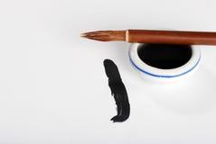 Aziatische kalligrafieborstel op inktpot stock fotografie