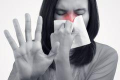Aziatische Kaukasische vrouw met griep stock foto