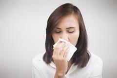Aziatische Kaukasische vrouw met griep stock afbeelding