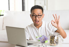 Aziatische kerel die Internet-computer met behulp van royalty-vrije stock fotografie