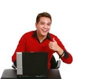 Aziatische kerel met duim omhoog en laptop royalty-vrije stock afbeelding