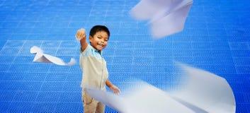 Aziatische kinderen die document vliegtuig spelen Stock Afbeelding