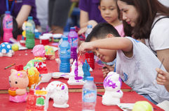 Aziatische kinderen die en hun wensen bij het wensen van kaarten schilderen schrijven Stock Afbeelding
