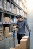 Aziatische klant die het winkelen lijst in pakhuis controleren stock foto