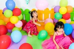 Aziatische Kleine Chinese Meisjes die met Kleurrijke Ballons spelen Royalty-vrije Stock Foto