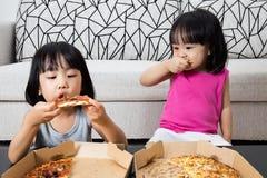 Aziatische Kleine Chinese Meisjes die Pizza eten Royalty-vrije Stock Foto
