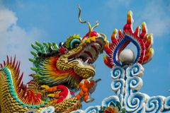 Aziatische kleurrijke draak in de Chinese tempel, de godsdienst van China stock afbeeldingen