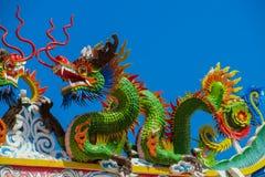 Aziatische kleurrijke groene draak in de Chinese tempel, de godsdienst van China royalty-vrije stock foto's