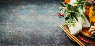 Aziatische kokende ingrediënten met pakchoi en eetstokjes op donkere uitstekende achtergrond, plaats voor tekst, banner Aziatisch royalty-vrije stock fotografie