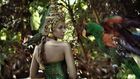 Aziatische koningin die een papegaai houden Royalty-vrije Stock Afbeelding