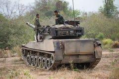 Aziatische legermilitair met kanon tijdens de militaire operatie op het gebied Stock Foto