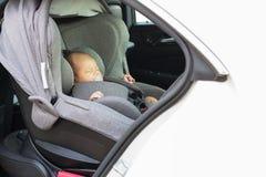 Aziatische leuke slaap van de maand de oude pasgeboren baby in moderne autooverzees Stock Fotografie