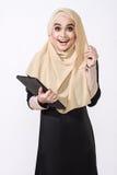 Aziatische malay vrouw die tablet voor bedrijfskwestie gebruiken Royalty-vrije Stock Foto