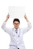 Aziatische mannelijke arts met leeg teken lucht Stock Foto's