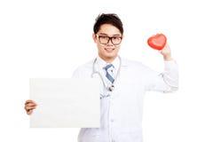 Aziatische mannelijke arts met rood hart en leeg teken Stock Fotografie