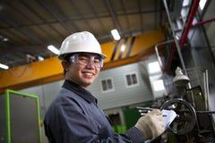 Aziatische mannelijke industriële werktuigkundige Stock Foto
