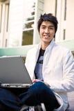 Aziatische mannelijke student en laptop Stock Fotografie