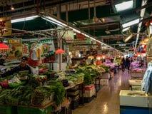 Aziatische markt met verscheidenheid van verkopers stock foto