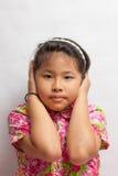 Aziatische meisje gesloten oren om het geluid te blokkeren Stock Foto