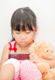 Aziatische meisje het spelen smartphone op grijze achtergrond Royalty-vrije Stock Afbeelding
