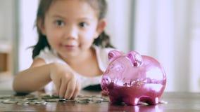 Aziatische meisjes met besparingen voor de toekomst stock video