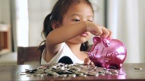 Aziatische meisjes met besparingen voor de toekomst stock footage