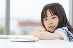 Aziatische meisjesglimlachen aan camera royalty-vrije stock afbeeldingen