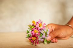 Aziatische Meisjesgreep Mini Flower Bouquet Stock Foto