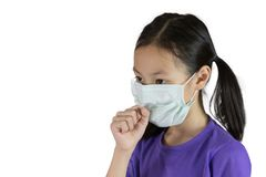 Aziatische meisjeshoest met beschermend gezichtsmasker geïsoleerd op witte bac royalty-vrije stock afbeelding