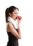 Aziatische meisjesoefening en het eten van appel Stock Afbeelding