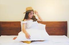 Aziatische meisjeszitting op bed royalty-vrije stock foto