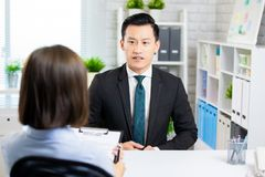 Aziatische mens in baangesprek royalty-vrije stock fotografie