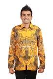 Aziatische mens die batik draagt stock foto's