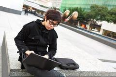 Aziatische mens die computer met behulp van Royalty-vrije Stock Afbeeldingen
