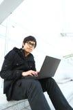 Aziatische mens die computer met behulp van Royalty-vrije Stock Afbeelding