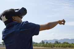 Aziatische mens die de virtuele werkelijkheidshoofdtelefoon met behulp van royalty-vrije stock afbeelding
