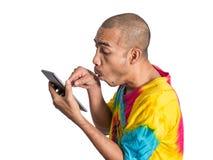 Aziatische mens die digitale tablet met het overdrijven houden Stock Foto