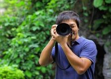 Aziatische mens die foto nemen royalty-vrije stock afbeeldingen