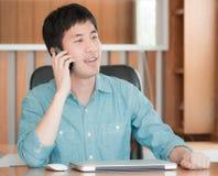 Aziatische mens die mobiele telefoon met behulp van royalty-vrije stock foto