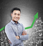 Aziatische mens en groene grafiek met pictogrammen Royalty-vrije Stock Afbeelding