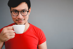 Aziatische mens en koffiekop Stock Afbeeldingen