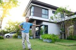 Aziatische mens en zijn nieuw huis Royalty-vrije Stock Foto
