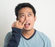 Aziatische mens het plukken neus Stock Afbeelding