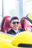 Aziatische mens het testen sportwagen Stock Afbeeldingen