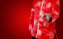 Aziatische mens Holdingsgeld in rode enveloppen , Chinees nieuw jaar op w Stock Afbeelding